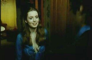 Scored framför spegeln, välja erotikska filmer mellan ett gummi och en medlem av originalet
