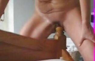Flickor kåt leker med hennes fitta och titta på porr Lesbiskt porrfilm gay i dator 4K UHD